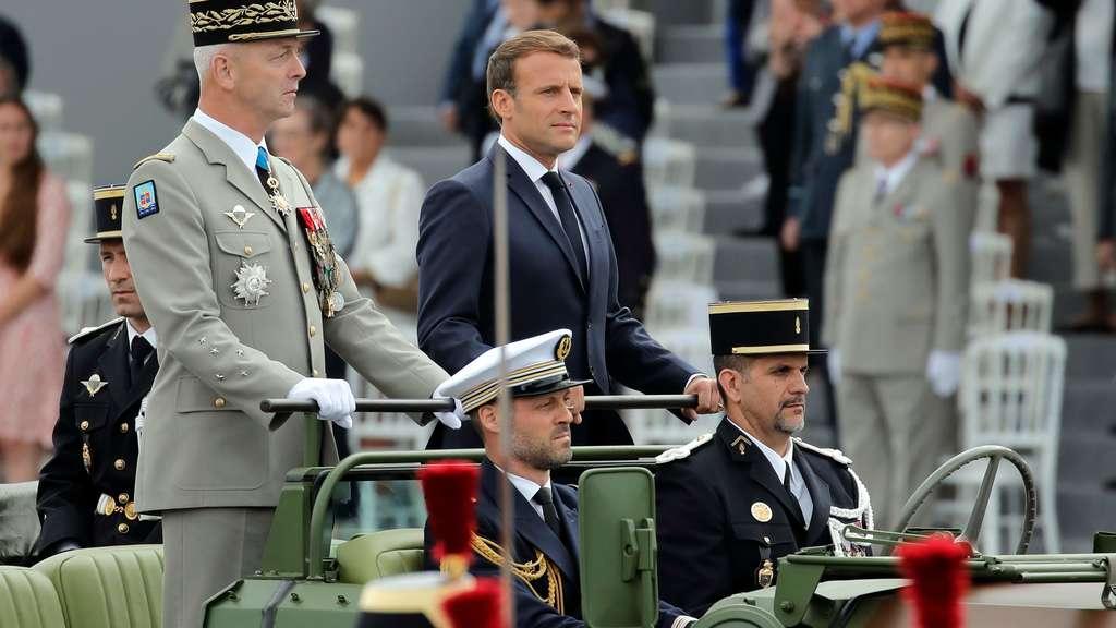 Frankreichs Präsident Emmanuel Macron trifft mit Militär-Vertretern zu den Feierlichkeiten ein