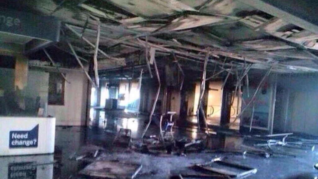 Verheerendes Feuer Legt Roms Flughafen Lahm Boulevard