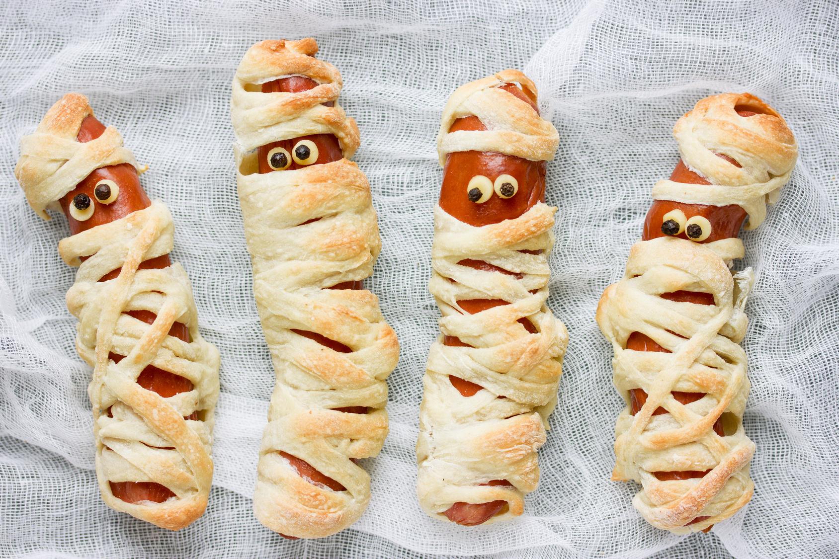 Gruselige Rezepte Halloween.Gruseliges Essen Und Fingerfood Fur Die Halloween Party Mumien Wurstchen Und Spinnen Muffin Extratipp