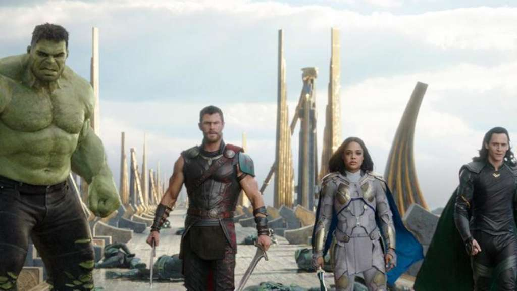 Hulk (l-r) Chris Hemsworth als Thor, Tessa Thompson als Valkyrie und Tom Hiddleston als Loki.