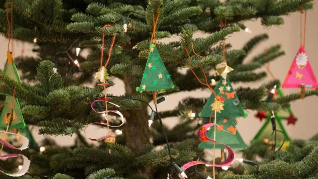 Wann Weihnachtsbaum Aufstellen.Weihnachtsbaum Aufstellen So Steht Er Sicher Wohnen