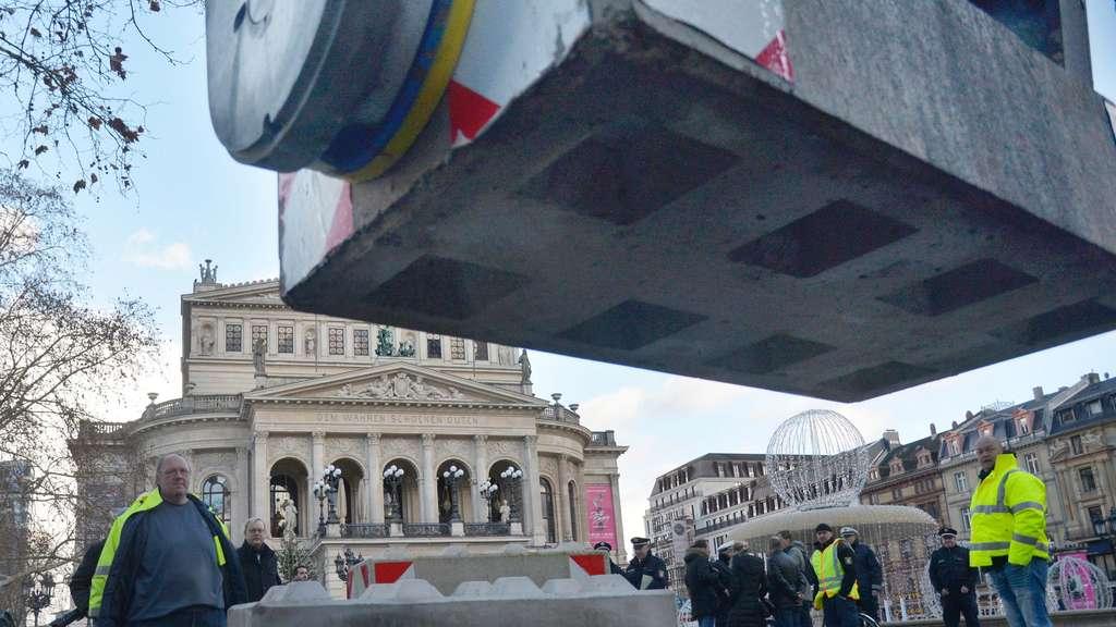 42155cf8c5e008 Betonblöcke schützen Opernplatz