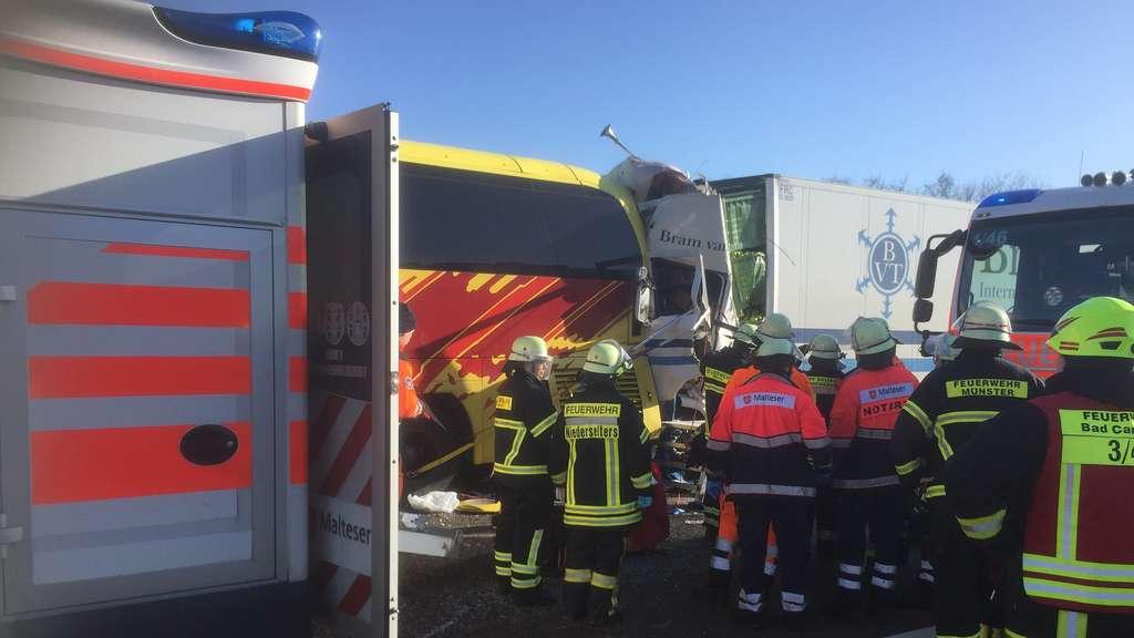 Lkw Kracht In Reisebus Auf A3 Zwei Tote Und 16 Verletzte Limburg