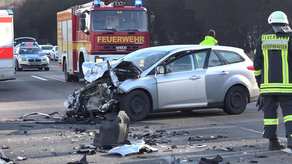 Auto Rast Auf A3 Bei Niedernhausen In Lkw Ein Toter Region