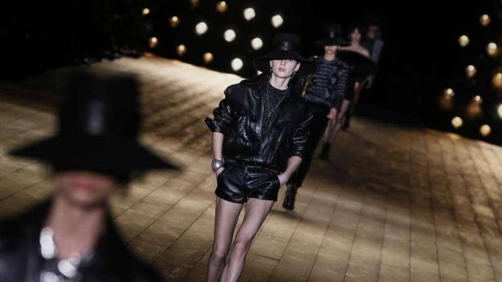 Leder-Hotpants bei Saint Laurent.