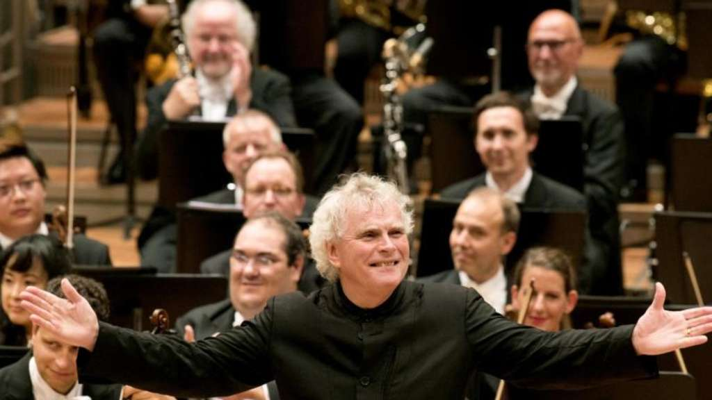 Sir Simon Rattle badet im Applaus des Berliner Publikums.