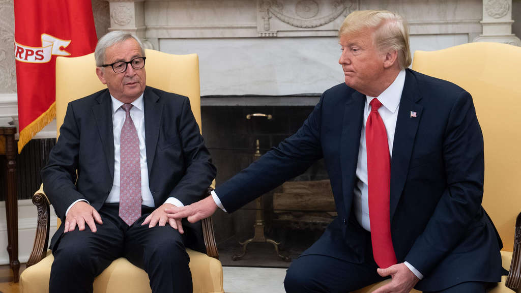 TOPSHOT - US President Donald Trump meets with European Commission President Jean-Claude Juncker in the Oval Office of the White House in Washington, DC, on July 25, 2018. / AFP PHOTO / SAUL LOEB