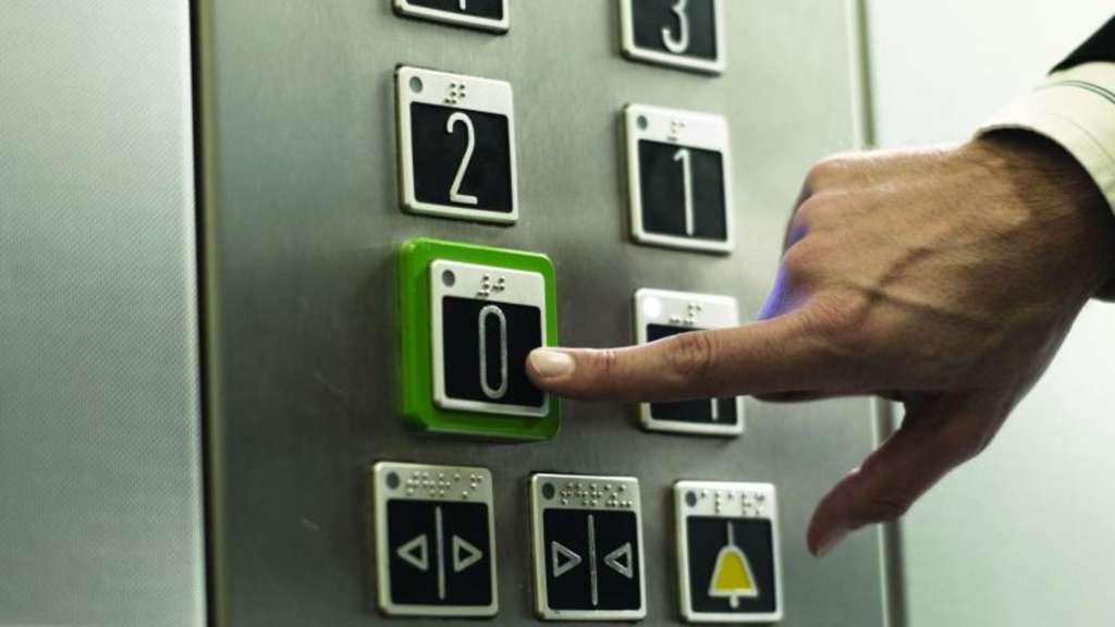 Wenn der Aufzug plötzlich stehen bleibt, sollten Eingeschlossene auf Hilfe vom Fachmann warten.