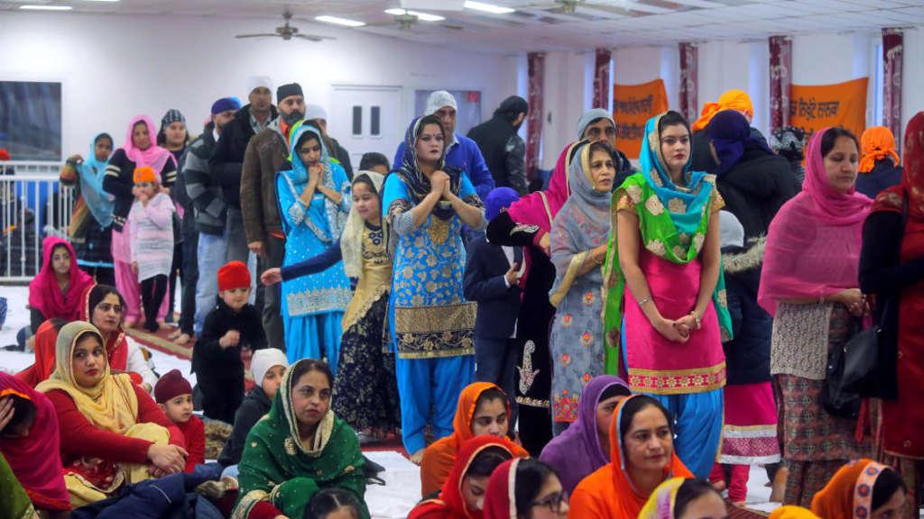 Gläubige beim Sonntagsgebet im Gurdwara Sikh Center in Frankfurt.