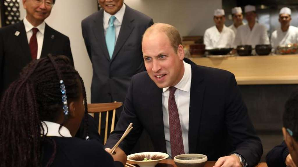Prinz William mit Schulkindern im Londoner Japan-Haus.