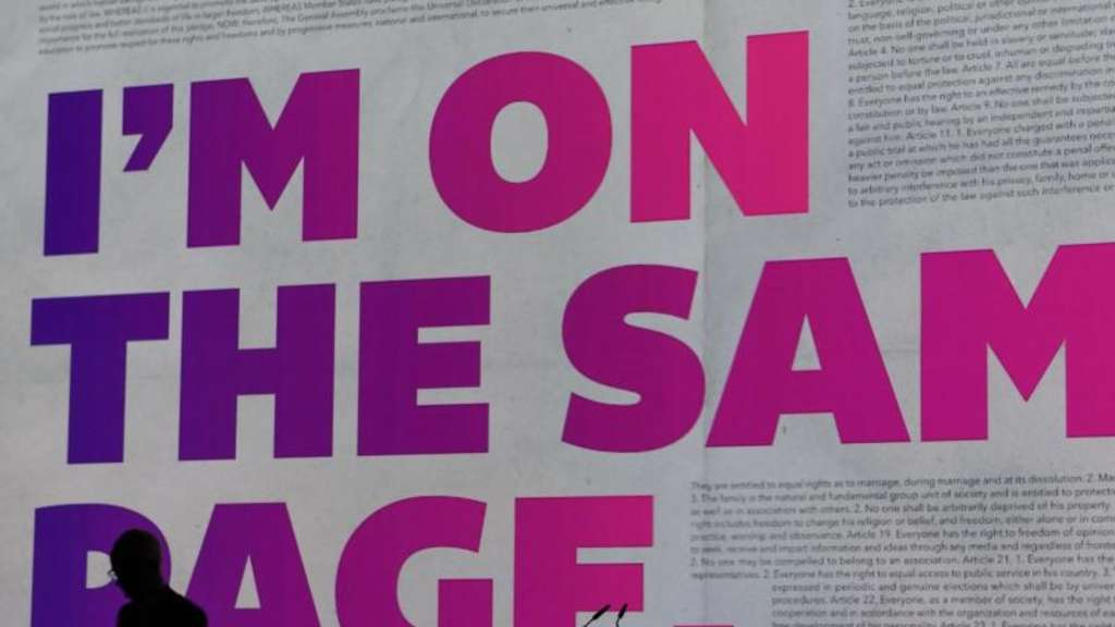 "Projektion des Slogan der 70. Frankfurter Buchmesse ""I&#39m on the same page""."