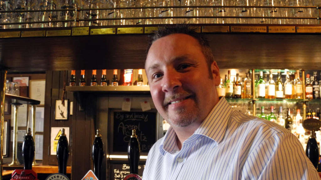 Patrick Linn, Manager des Londoner Pubs ?The Lamb and Flag?.