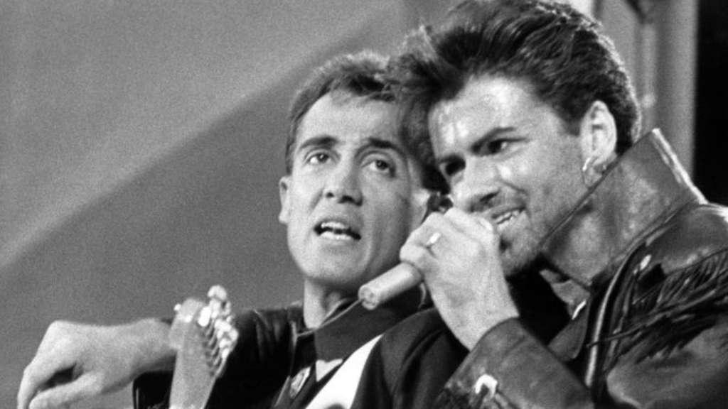 Das britische Pop-Duo Wham! - Andrew Ridgeley (l) und George Michael - 1986 im Wembley Stadion in London. Foto: -