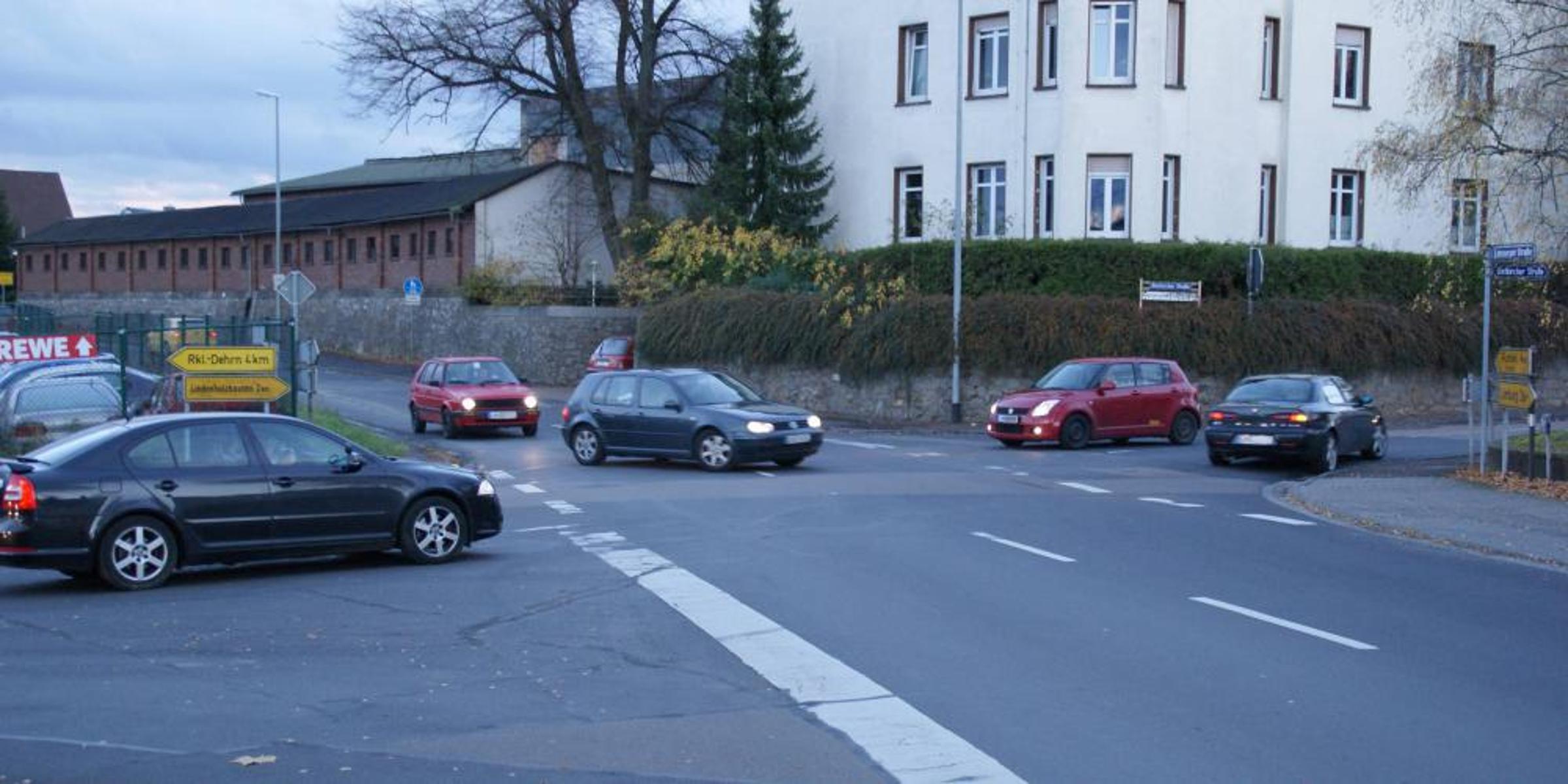 Gerade zu Stoßzeiten kann es an dieser Kreuzung am Ortsrand von Eschhofen (rechts geht es nach Lindenholzhausen, geradeaus nach Ennerich) unübersichtlich werden. Nach den politischen Beschlüssen wird ein Kreisel gewünscht, alternativ eine Ampel - © Koenig Johannes