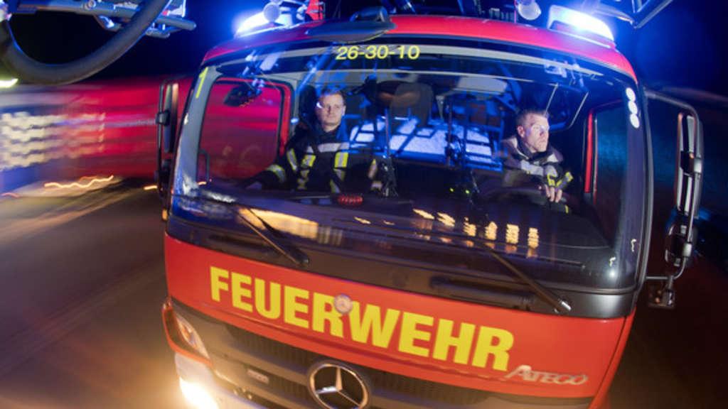 Die freiwillige Feuerwehr rettet Leben - aber bekommen sie dafür überhaupt ein Gehalt? - © Julian Stratenschulte / dpa