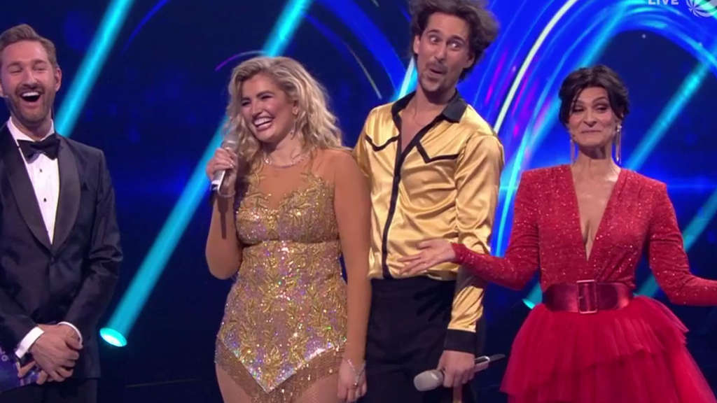 "Screenshot Sat.1: Dekolleté Marlene Lufen bei ""Dancing on Ice"""