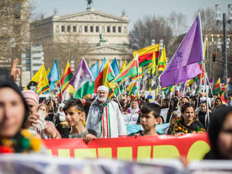 Demonstration zu kurdischem Newroz-Fest
