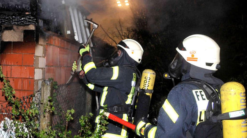 Die Feuerwehrleute aus Linter und Limburg waren zwar schnell zur Stelle, konnten das Abbrennen der Voliere aber nicht verhindern - © Häring