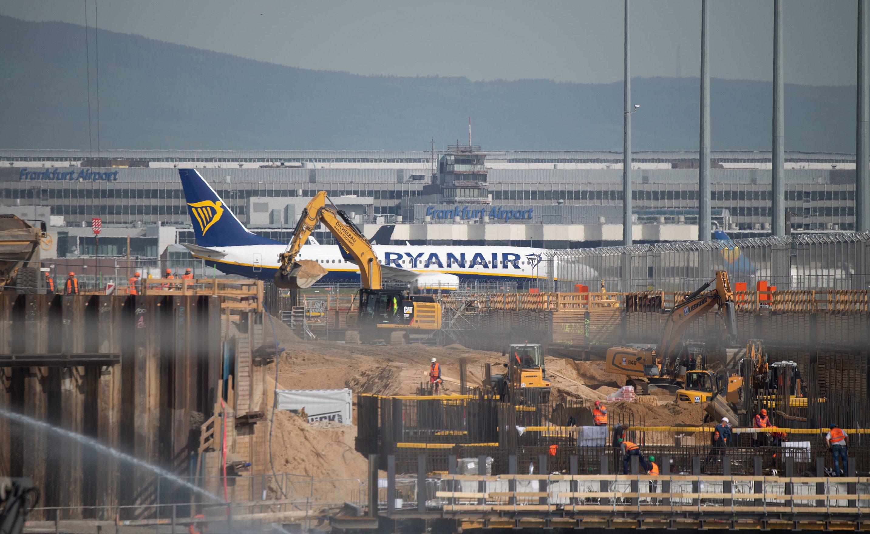 b0f417385ddcb0 802665962-ryanair-flugzeug-rollt-hinter-baustelle-neuen-terminal-flughafen-vorbei-erste-flugsteig-neuen-termin.jpg