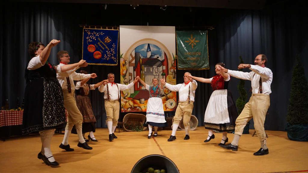 Die Volkstanzgruppe zeigt traditionelle Tänze.