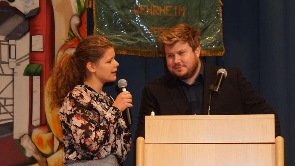 """Die Theatergruppe """"Jungkreativ"""" macht deutlich, dass die Politsprache des Bürgermeisters eine Übersetzung braucht."""