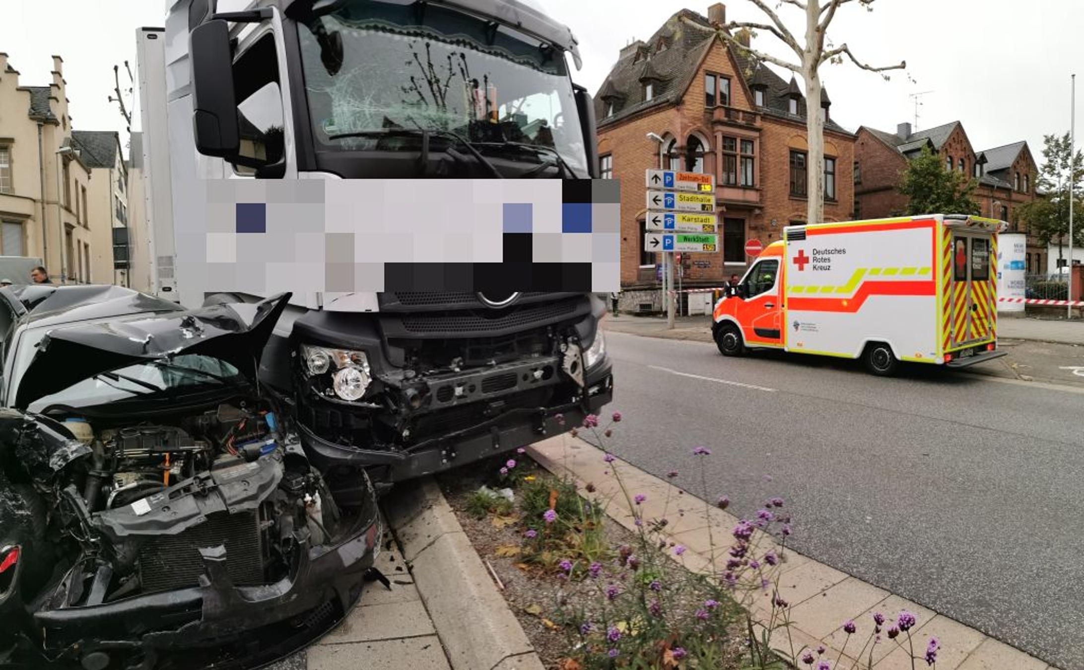 In diesem Krankenwagen wurde der Fahrer des Lkw versorgt - © Foto: Stefan Dickmann