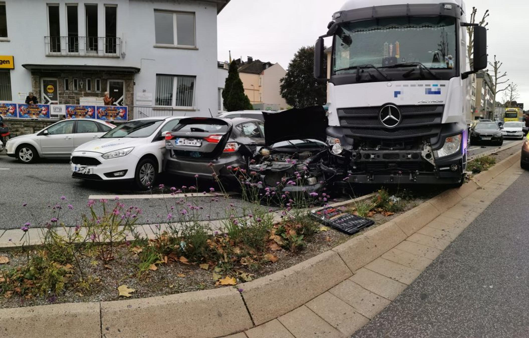 Limburg: Lkw rammt mehrere Autos - © Foto: Stefan Dickmann