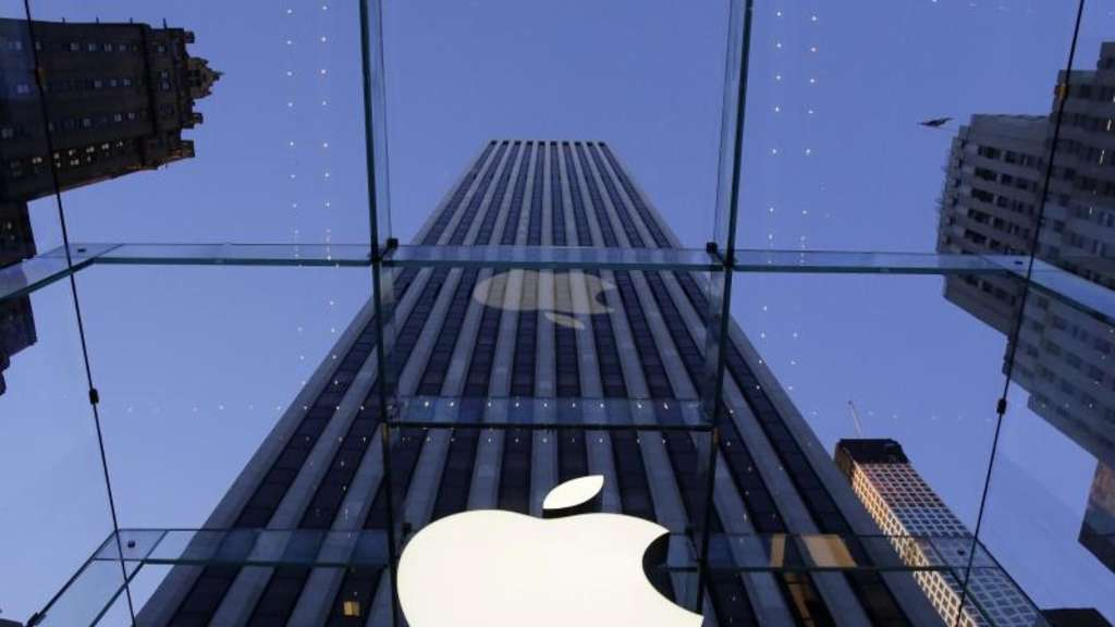 Das Logo von Apple hängt an dem Laden des Elektronikkonzerns in der Fith Avenue in New York. Foto: Mark Lennihan/AP/dpa