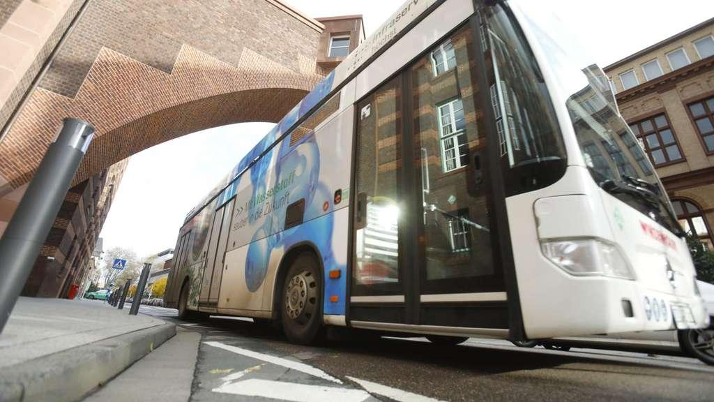 DB Regio Bus testet einen wasserstoffbetriebenen Bus auf den Straßen von Frankfurt.