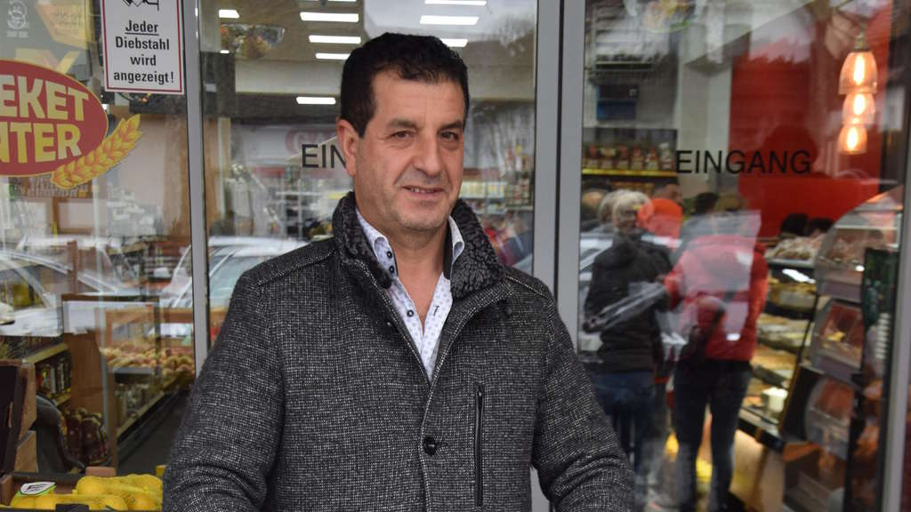 """Hamsterkäufer"" Mustafa Gül vor dem Limburger Bereket-Center."